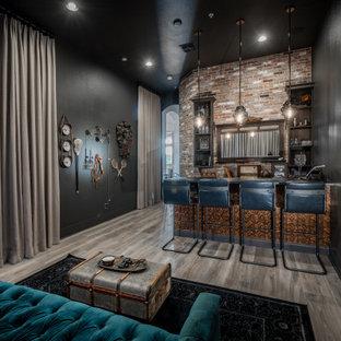 オーランドのインダストリアルスタイルのおしゃれなホームバー (ll型、赤いキッチンパネル、レンガのキッチンパネル、レンガの床、グレーの床) の写真