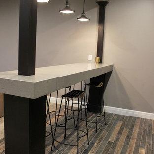 他の地域の中くらいのコンテンポラリースタイルのおしゃれなウェット バー (ll型、ドロップインシンク、濃色木目調キャビネット、クオーツストーンカウンター、マルチカラーのキッチンパネル、磁器タイルの床、マルチカラーの床) の写真