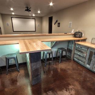 Ispirazione per un bancone bar tradizionale di medie dimensioni con lavello sottopiano, ante in stile shaker, ante in legno scuro, top in legno e pavimento in linoleum