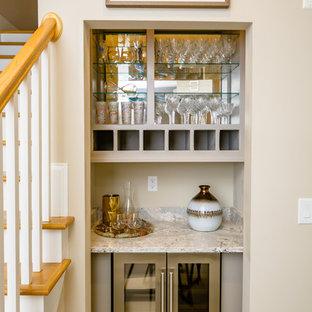 ローリーの小さいトランジショナルスタイルのおしゃれなウェット バー (I型、シンクなし、ベージュのキャビネット、御影石カウンター、カーペット敷き、ベージュの床、グレーのキッチンカウンター、オープンシェルフ) の写真