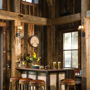 Imagen de bar en casa con barra de bar en L, rústico, pequeño, con suelo de madera oscura