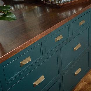 グランドラピッズの中くらいのトランジショナルスタイルのおしゃれなホームバー (I型、落し込みパネル扉のキャビネット、緑のキャビネット、木材カウンター、ミラータイルのキッチンパネル、無垢フローリング、茶色い床、茶色いキッチンカウンター) の写真