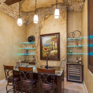 Immagine di un bancone bar mediterraneo di medie dimensioni con lavello sottopiano e ante in legno bruno