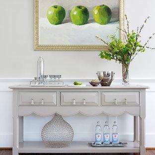 ワシントンD.C.の大きいトランジショナルスタイルのおしゃれなホームバー (シンクなし、家具調キャビネット、グレーのキャビネット、無垢フローリング、茶色い床) の写真
