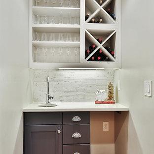 Immagine di un piccolo angolo bar classico con paraspruzzi in marmo