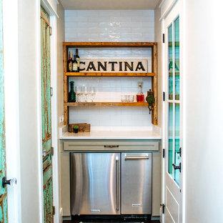 オースティンの小さいカントリー風おしゃれなバーカート (I型、シンクなし、シェーカースタイル扉のキャビネット、緑のキャビネット、御影石カウンター、白いキッチンパネル、サブウェイタイルのキッチンパネル、竹フローリング、茶色い床、白いキッチンカウンター) の写真