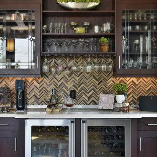 Modelo de bar en casa tradicional, grande, con puertas de armario de madera en tonos medios, salpicadero multicolor y armarios tipo vitrina