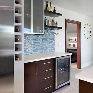 Inspiration pour un bar de salon linéaire minimaliste de taille moyenne avec un placard à porte plane, des portes de placard en bois sombre, un plan de travail en quartz modifié, une crédence bleue, une crédence en carreau de verre et un sol en carrelage de céramique.