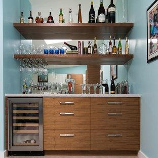 Immagine di un armadio bar contemporaneo di medie dimensioni con ante lisce, ante in legno scuro, top in superficie solida, pavimento in gres porcellanato e paraspruzzi a specchio