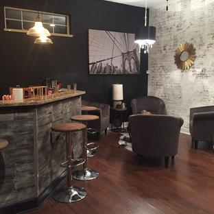 Inspiration pour un bar de salon avec évier urbain de taille moyenne avec un évier encastré, un plan de travail en granite, une crédence en brique et sol en stratifié.