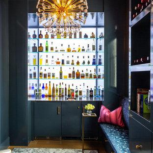 ミルウォーキーのコンテンポラリースタイルのおしゃれなウェット バー (L型、アンダーカウンターシンク、フラットパネル扉のキャビネット、青いキャビネット、無垢フローリング、茶色い床、グレーのキッチンカウンター) の写真