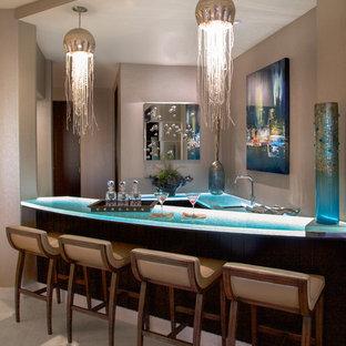 Ispirazione per un bancone bar mediterraneo con lavello sottopiano, top in vetro, pavimento beige e top turchese