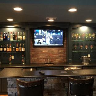 アトランタの中くらいのトラディショナルスタイルのおしゃれなウェット バー (ll型、アンダーカウンターシンク、レイズドパネル扉のキャビネット、黒いキャビネット、赤いキッチンパネル、レンガのキッチンパネル) の写真