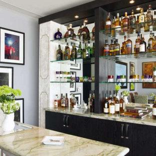Idee per un bancone bar bohémian di medie dimensioni con ante lisce, ante nere e top in marmo