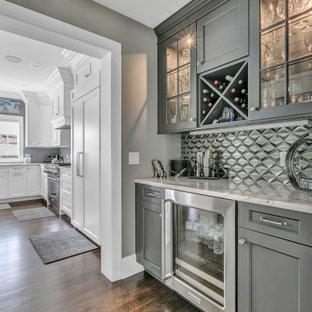 ニューヨークのトランジショナルスタイルのおしゃれなドライ バー (I型、シンクなし、落し込みパネル扉のキャビネット、グレーのキャビネット、大理石カウンター、グレーのキッチンパネル、大理石の床、茶色い床、グレーのキッチンカウンター) の写真