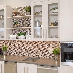 Esempio di un grande armadio bar design con lavello da incasso, ante lisce, ante beige, top in laminato, paraspruzzi multicolore, paraspruzzi con piastrelle in ceramica e top beige