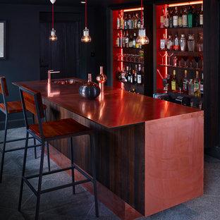 デヴォンのコンテンポラリースタイルのおしゃれなホームバー (銅製カウンター、ll型、フラットパネル扉のキャビネット、濃色木目調キャビネット、ライムストーンの床) の写真