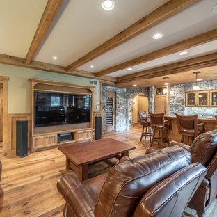 ミルウォーキーの中くらいのトラディショナルスタイルのおしゃれな着席型バー (ll型、アンダーカウンターシンク、シェーカースタイル扉のキャビネット、ヴィンテージ仕上げキャビネット、木材カウンター、グレーのキッチンパネル、ライムストーンのキッチンパネル、淡色無垢フローリング、黄色い床、茶色いキッチンカウンター) の写真