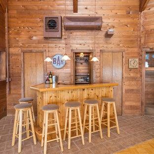 Ispirazione per un ampio bancone bar stile rurale con lavello da incasso, ante lisce, ante in legno scuro, top in legno, pavimento con piastrelle in ceramica, pavimento beige e top arancione
