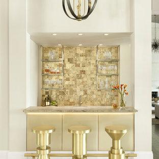 Idee per un armadio bar chic con lavello sottopiano, paraspruzzi beige, pavimento beige e top beige