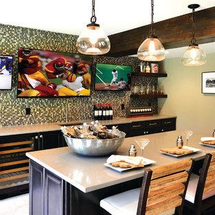Esempio di un grande bancone bar design con lavello sottopiano, ante con riquadro incassato, ante in legno bruno, top in quarzo composito, paraspruzzi multicolore, paraspruzzi con piastrelle a mosaico, pavimento con piastrelle in ceramica e pavimento beige