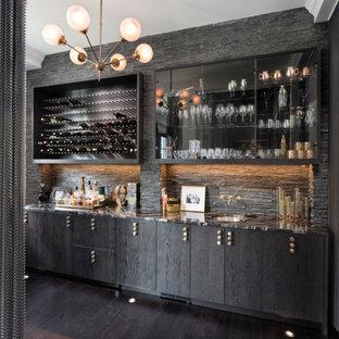 ミネアポリスのコンテンポラリースタイルのおしゃれなウェット バー (I型、アンダーカウンターシンク、フラットパネル扉のキャビネット、黒いキャビネット、グレーのキッチンパネル、濃色無垢フローリング、黒い床) の写真