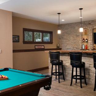 Immagine di un grande bancone bar con lavello da incasso, ante in stile shaker, ante marroni, top in legno, paraspruzzi beige, paraspruzzi in lastra di pietra, pavimento beige e top marrone