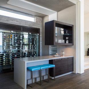 サンルイスオビスポのコンテンポラリースタイルのおしゃれな着席型バー (茶色いキャビネット、茶色い床、グレーのキッチンカウンター) の写真