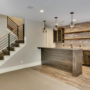 Foto di un angolo bar con lavandino industriale di medie dimensioni con ante in stile shaker, ante in legno bruno, top in quarzo composito e paraspruzzi rosso
