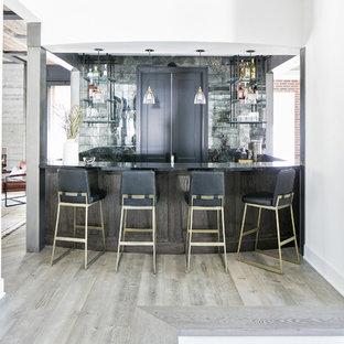 ロサンゼルスのカントリー風おしゃれな着席型バー (オープンシェルフ、グレーのキッチンパネル、淡色無垢フローリング、茶色い床、黒いキッチンカウンター) の写真