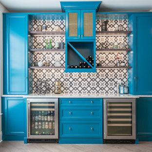 ローリーの中くらいのトラディショナルスタイルのおしゃれなホームバー (I型、青いキャビネット、クオーツストーンカウンター、マルチカラーのキッチンパネル、セメントタイルのキッチンパネル、インセット扉のキャビネット、無垢フローリング) の写真