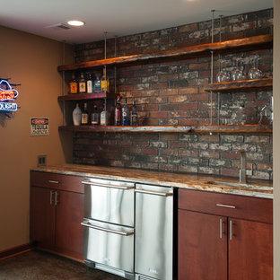 ウィチタの中くらいのインダストリアルスタイルのおしゃれなウェット バー (I型、アンダーカウンターシンク、フラットパネル扉のキャビネット、濃色木目調キャビネット、御影石カウンター、赤いキッチンパネル、レンガのキッチンパネル) の写真