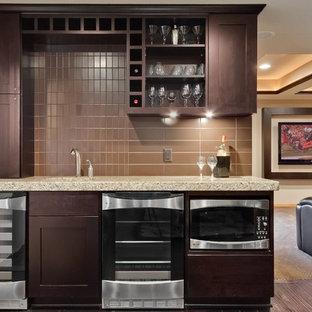 Immagine di un armadio bar tradizionale di medie dimensioni con lavello sottopiano, ante in stile shaker, ante in legno bruno, top in granito, paraspruzzi marrone, paraspruzzi in gres porcellanato, parquet scuro, pavimento marrone e top beige