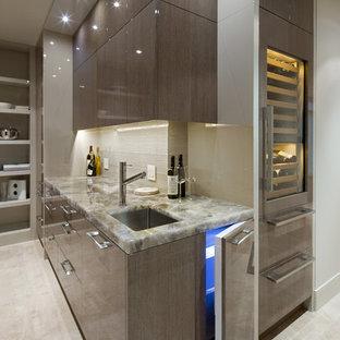 Immagine di un armadio bar minimal di medie dimensioni con lavello sottopiano, ante lisce, ante grigie, paraspruzzi beige, top in onice, pavimento grigio e top beige