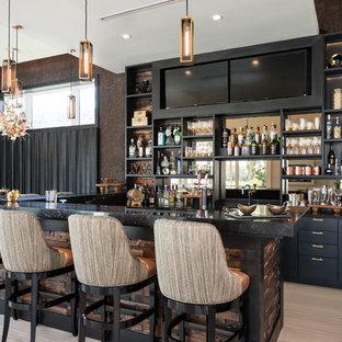 オーランドのコンテンポラリースタイルのおしゃれな着席型バー (オープンシェルフ、黒いキャビネット、ミラータイルのキッチンパネル、ベージュの床、黒いキッチンカウンター) の写真