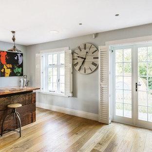 サリーの広いラスティックスタイルのおしゃれなウェット バー (I型、濃色木目調キャビネット、銅製カウンター) の写真
