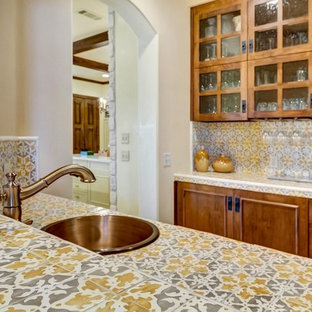 ダラスの中くらいのモダンスタイルのおしゃれな着席型バー (ll型、ドロップインシンク、インセット扉のキャビネット、濃色木目調キャビネット、タイルカウンター、黄色いキッチンパネル、セラミックタイルのキッチンパネル、磁器タイルの床、ベージュの床、黄色いキッチンカウンター) の写真