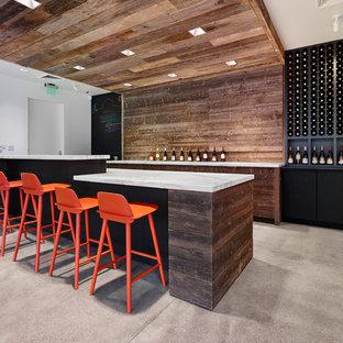 Esempio di un bancone bar design di medie dimensioni con ante lisce, ante in legno bruno, top in marmo, paraspruzzi marrone, paraspruzzi in legno e pavimento in cemento