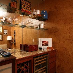 オースティンの小さいモダンスタイルのおしゃれなホームバー (フラットパネル扉のキャビネット、中間色木目調キャビネット、ガラスカウンター) の写真