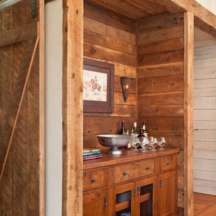 Modelo de bar en casa lineal, rural, sin pila, con puertas de armario de madera oscura, encimera de madera, salpicadero de madera, suelo de madera en tonos medios, encimeras marrones, suelo marrón y armarios estilo shaker