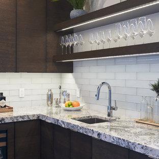 Esempio di un piccolo angolo bar con lavandino classico con ante lisce, ante marroni, top in quarzite, lavello sottopiano, paraspruzzi bianco, paraspruzzi con piastrelle di vetro, pavimento in legno massello medio e pavimento marrone