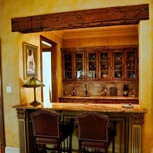 Idee per un armadio bar stile rurale di medie dimensioni con lavello sottopiano, ante in stile shaker, ante in legno bruno, top in granito, paraspruzzi beige, paraspruzzi con piastrelle in pietra, pavimento con piastrelle in ceramica e top marrone