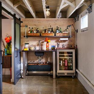 ポートランドのエクレクティックスタイルのおしゃれなウェット バー (I型、アンダーカウンターシンク、オープンシェルフ、茶色いキッチンパネル、木材のキッチンパネル、コンクリートの床、茶色い床) の写真