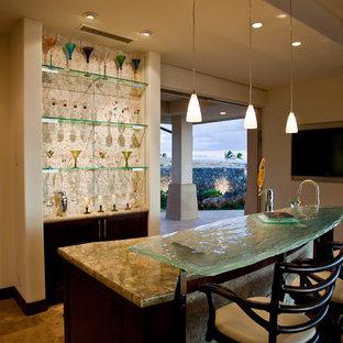 Foto di un bancone bar tradizionale di medie dimensioni con lavello sottopiano, nessun'anta, ante in legno bruno, top in vetro, paraspruzzi bianco, paraspruzzi con piastrelle a mosaico, pavimento in gres porcellanato e pavimento beige