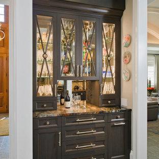 ボルチモアの小さいシャビーシック調のおしゃれなホームバー (I型、シンクなし、ガラス扉のキャビネット、濃色木目調キャビネット、ミラータイルのキッチンパネル、グレーの床、マルチカラーのキッチンカウンター) の写真