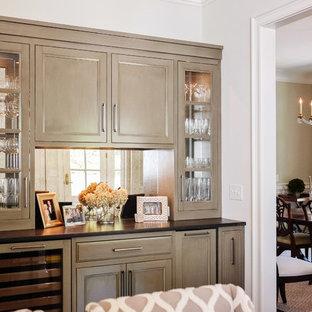 Foto di un angolo bar con lavandino classico di medie dimensioni con nessun lavello, ante con riquadro incassato, ante marroni, paraspruzzi a specchio, pavimento in legno massello medio e pavimento marrone