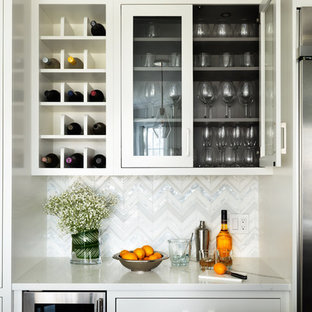 ニューヨークの小さいトランジショナルスタイルのおしゃれなホームバー (シンクなし、ガラス扉のキャビネット、白いキャビネット、マルチカラーのキッチンパネル、白いキッチンカウンター) の写真