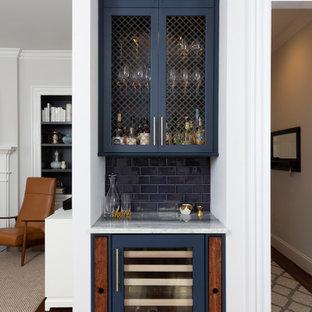 シャーロットの小さいトラディショナルスタイルのおしゃれなホームバー (I型、シェーカースタイル扉のキャビネット、青いキャビネット、青いキッチンパネル、サブウェイタイルのキッチンパネル、濃色無垢フローリング、茶色い床、白いキッチンカウンター) の写真