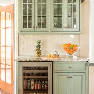 ポートランド(メイン)のトラディショナルスタイルのおしゃれなホームバー (緑のキャビネット、I型、シンクなし、インセット扉のキャビネット、白いキッチンパネル、サブウェイタイルのキッチンパネル、無垢フローリング、茶色い床、白いキッチンカウンター) の写真