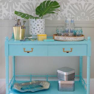 プロビデンスの小さいビーチスタイルのおしゃれなバーカート (シンクなし、家具調キャビネット、青いキャビネット、無垢フローリング、ターコイズのキッチンカウンター) の写真